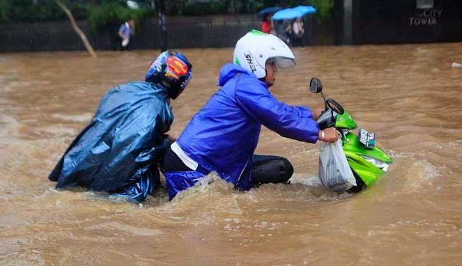 6 Tips Mengatasi Motor Yang Mogok Karena Banjir