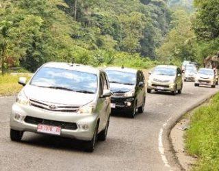 Tips Mengendarai Mobil Saat Berhenti dan Melaju Di Jalan Tanjakan Pakai rem Tangan