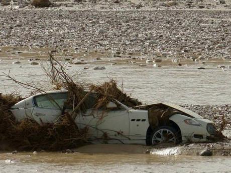 Sayang Sekali Maserati Ini Dibiarkan Begitu Saja Diterjang Banjir