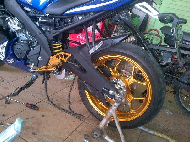 Inspirasi Modifikasi Yamaha R15 Pake Velg Lebar