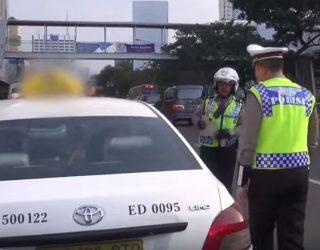 Video Polisi VS Supir Taksi Beradu Argumen Tentang Parkir dan Berhenti
