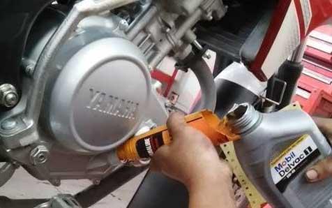 Menggunakan Oli Mobil pada Motor